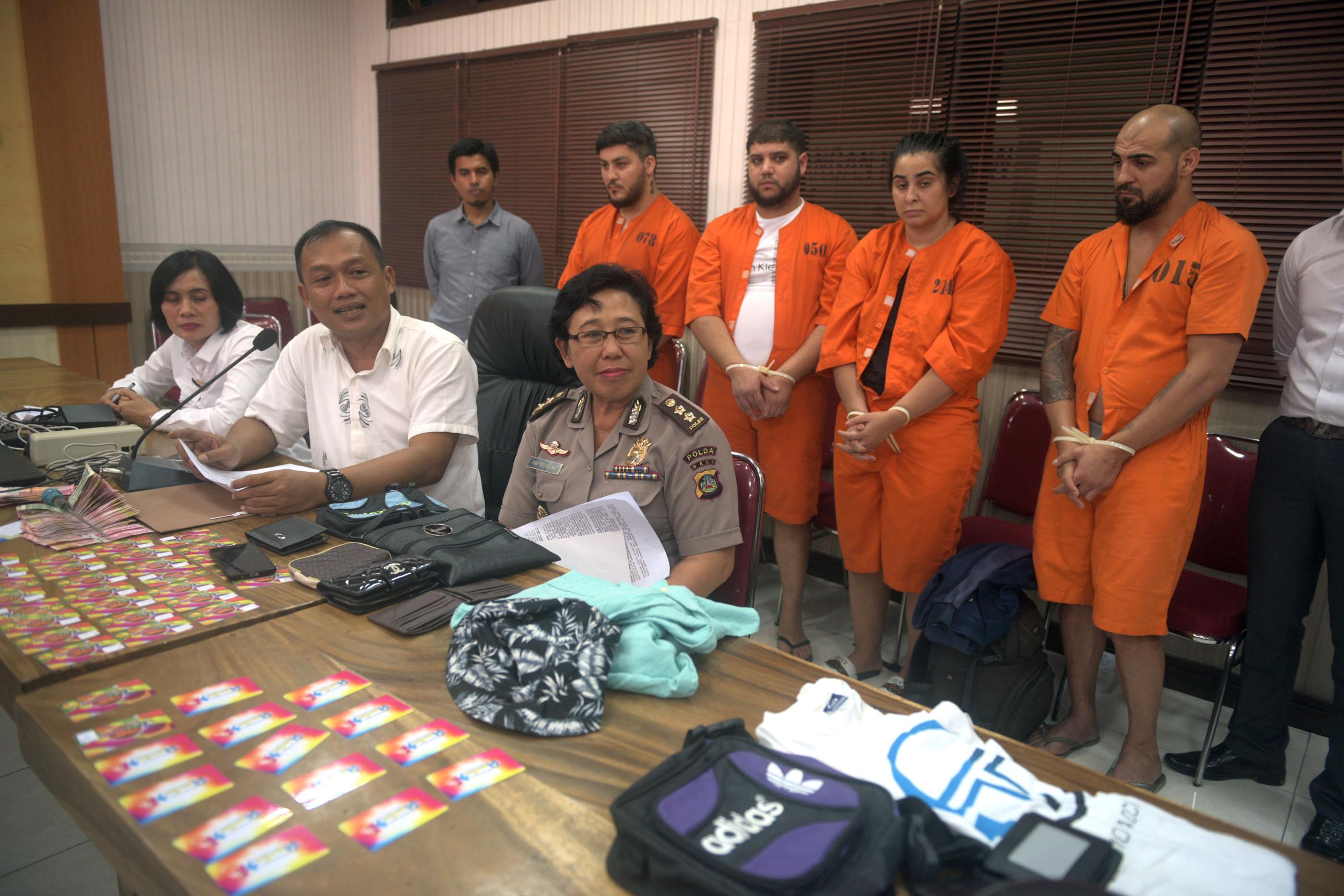 Ditreskrimsus Polda Bali, Kombes Pol Yuliar Kus Nugroho (tengah) menunjukkan barang bukti dan empat tersangka WNA Rumaia dalam kasus skimming (9)