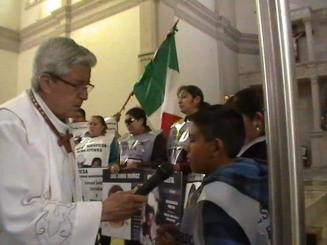 Padre Camilo Daniel con Alejandro, en catedral de Cuauhtémo en 2013