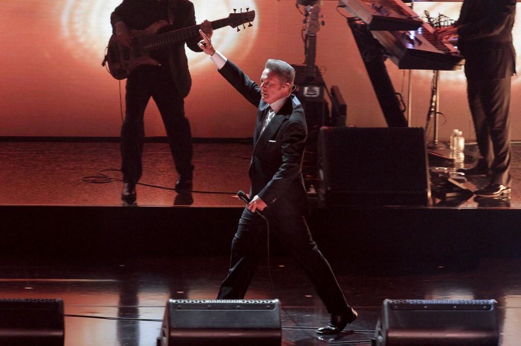 Luis Miguel hace cantar a sus fans en el Auditorio Nacional